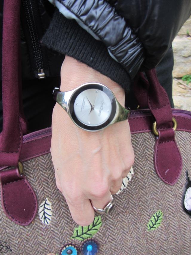 Deuxième accessoire ma nouvelle montre achetée sur le site en ligne  eboutiquebijoux.com, un ravissant bracelet montre marque So Charm en métal  argenté, ... 1781c40091c